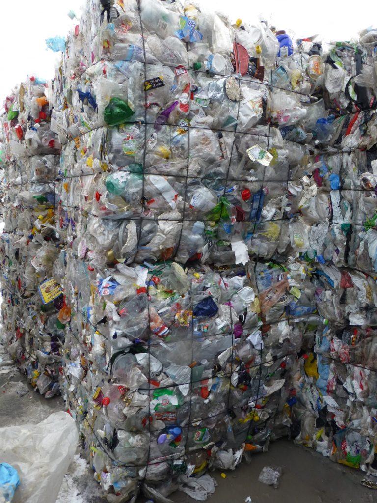 HVEM HAR ANSVARET? Årlig blir om lag 87 000 tonn emballasje ikke tatt ansvar for. Nå er det full stopp for gratispassasjerene.